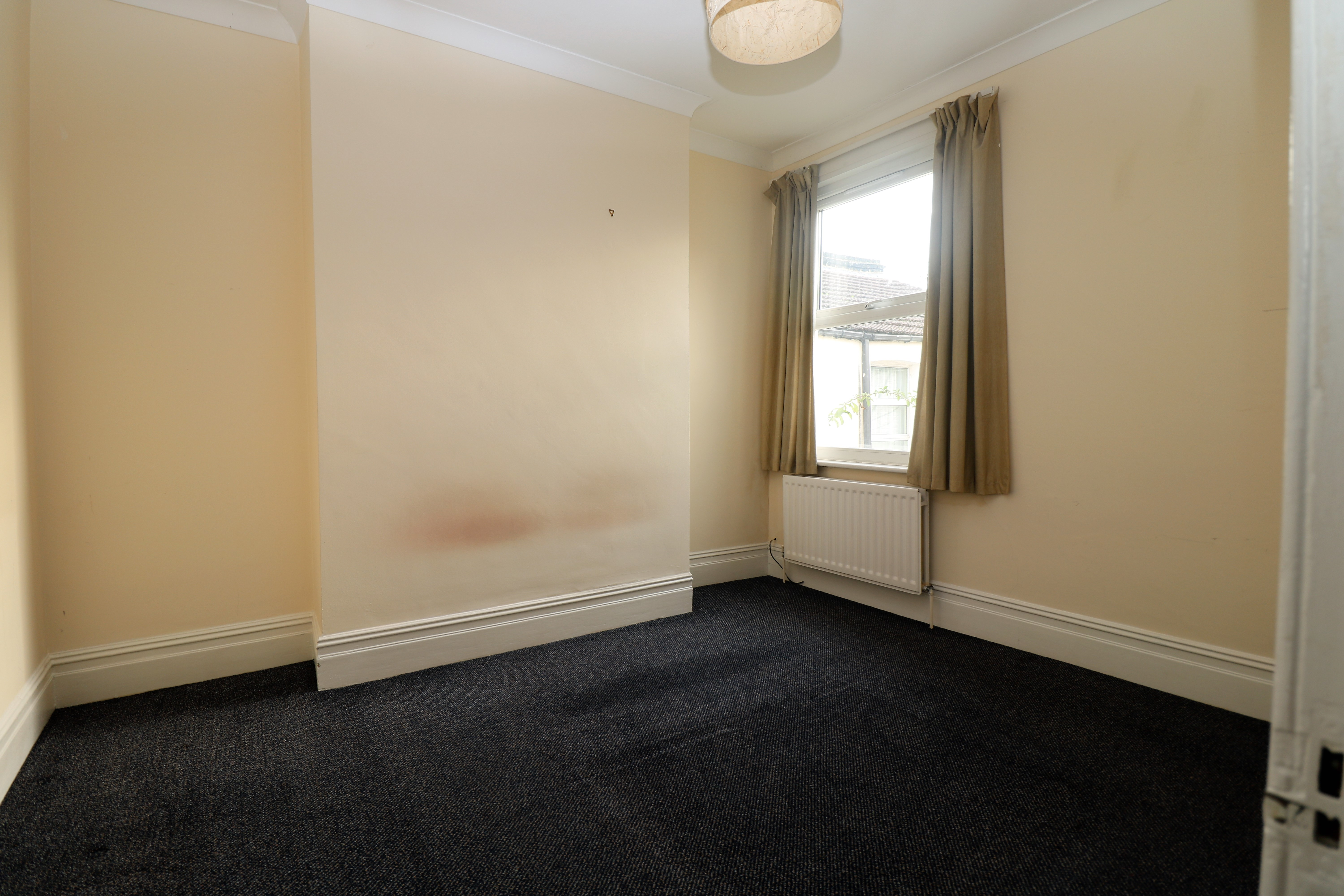 Spacious top floor 2 bed flat in N4. Modern kitchen and separate lounge.